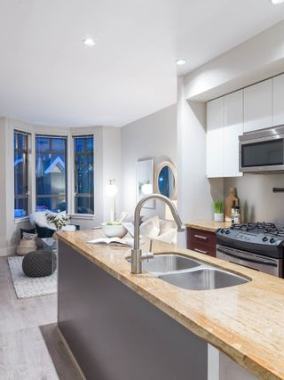 Photo 2: 830 West 6th Avenue in Vancouver: Fairview VW Townhouse for sale (Vancouver West)  : MLS®# R2444950