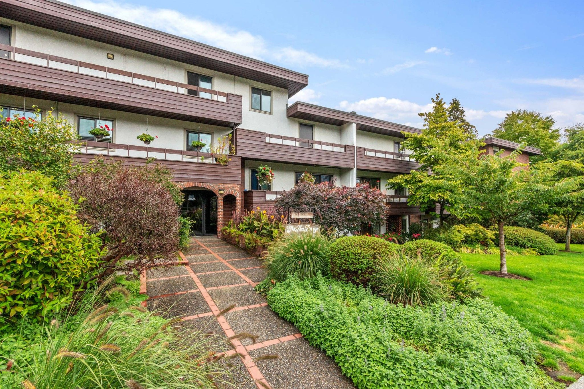 """Main Photo: 307 2025 W 2ND Avenue in Vancouver: Kitsilano Condo for sale in """"THE SEABREEZE"""" (Vancouver West)  : MLS®# R2620558"""