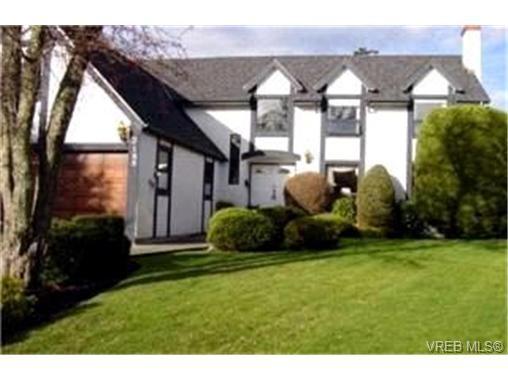 Main Photo:  in VICTORIA: OB Henderson House for sale (Oak Bay)  : MLS®# 392125