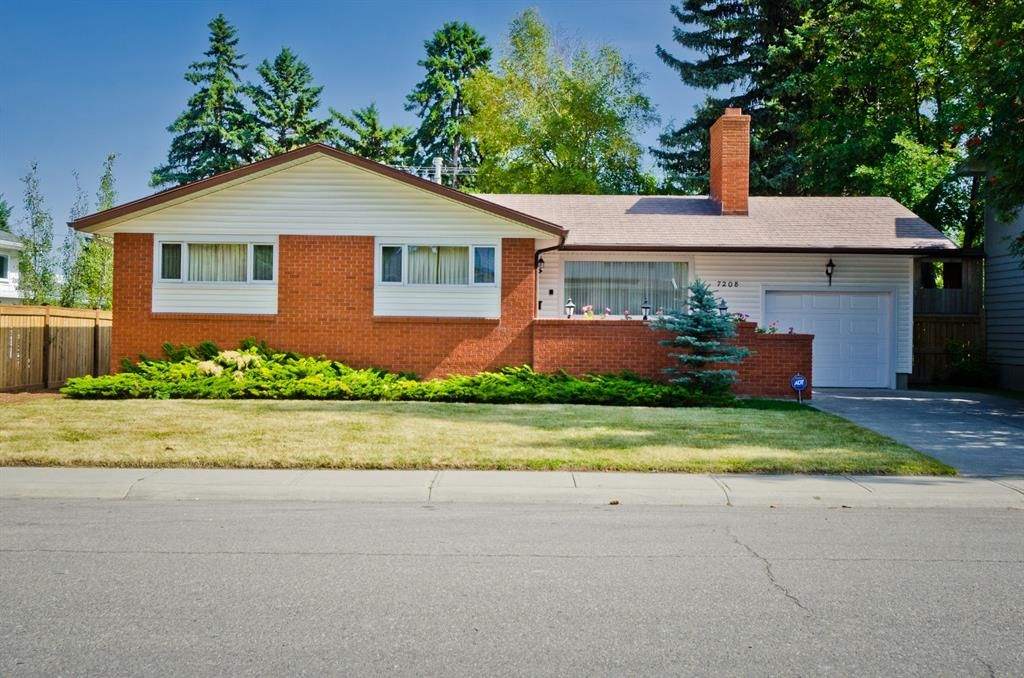 Main Photo: 7208 11 Street SW in Calgary: Kelvin Grove Detached for sale : MLS®# A1079702
