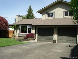 Photo 1: 954 Leveret Pl in VICTORIA: SE Lake Hill House for sale (Saanich East)  : MLS®# 671820