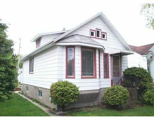 Main Photo: 230 KILBRIDE Avenue in WINNIPEG: West Kildonan / Garden City Residential for sale (North West Winnipeg)  : MLS®# 2306049