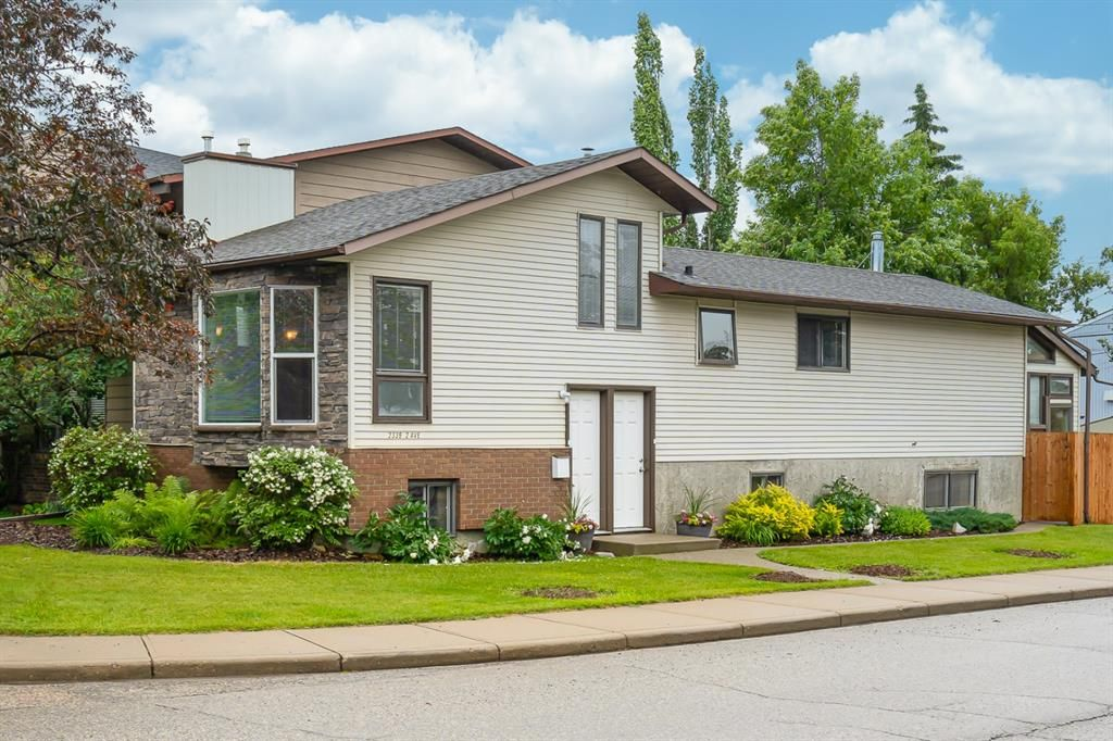 Main Photo: 2339 2 Avenue NW in Calgary: West Hillhurst Detached for sale : MLS®# A1040812