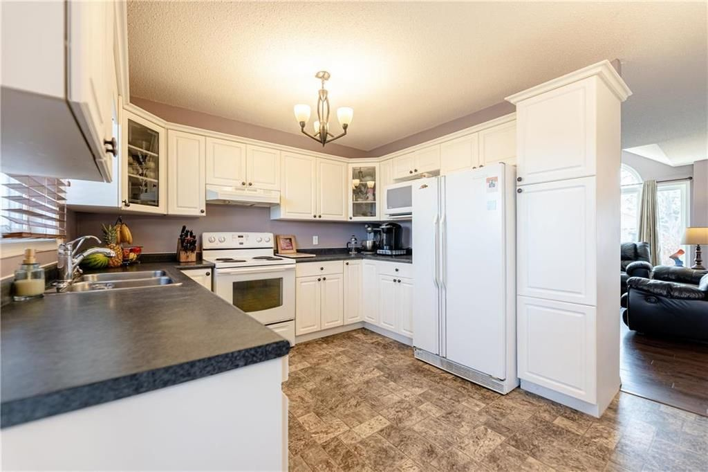 Photo 6: Photos: 20 PENROSE Crescent in Steinbach: R16 Residential for sale : MLS®# 202107867