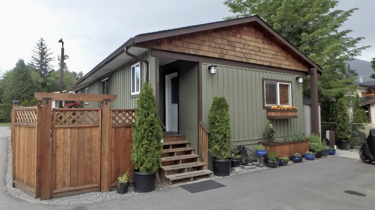 Main Photo: 113 40157 GOVERNMENT Road in Squamish: Garibaldi Highlands Manufactured Home for sale : MLS®# R2591854