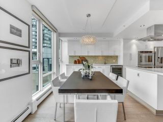 """Photo 5: 801 1383 MARINASIDE Crescent in Vancouver: Yaletown Condo for sale in """"COLUMBUS"""" (Vancouver West)  : MLS®# R2504775"""