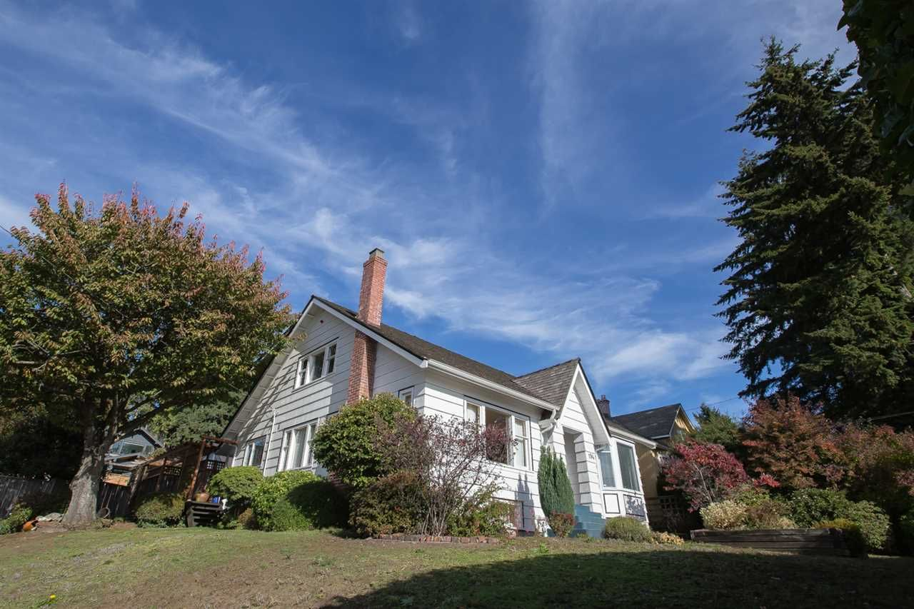Main Photo: 194 W QUEENS Road in North Vancouver: Upper Lonsdale House for sale : MLS®# R2318031