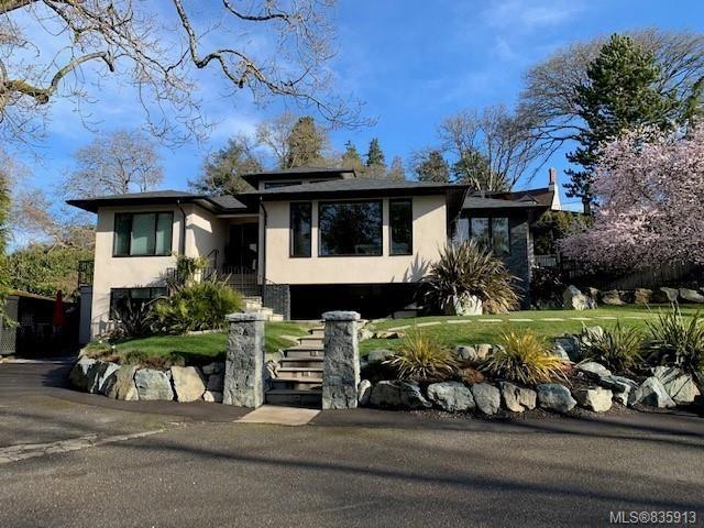 Main Photo: 704 Robleda Cres in Victoria: Vi Rockland House for sale : MLS®# 835913