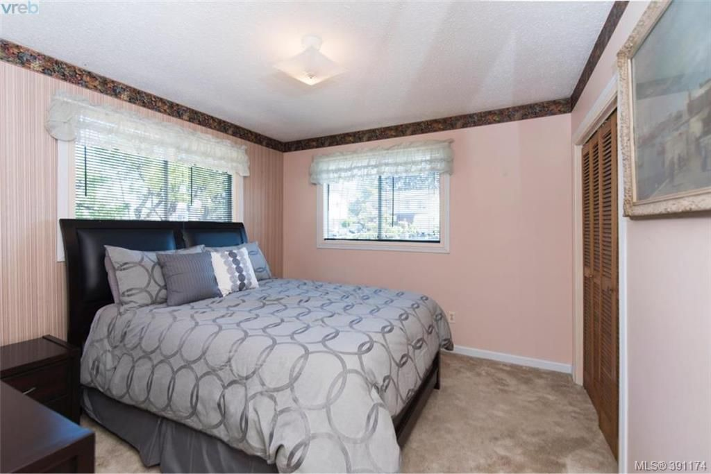 Photo 10: Photos: 1130 Goldstream Ave in VICTORIA: La Langford Lake House for sale (Langford)  : MLS®# 786306