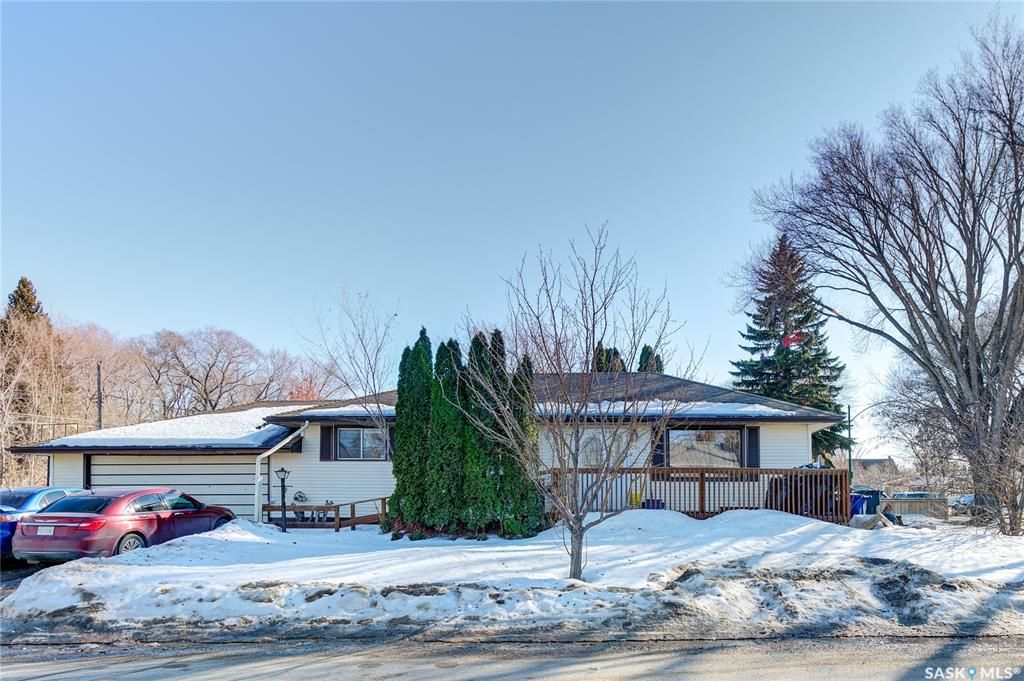 Main Photo: 204 Witney Avenue South in Saskatoon: Meadowgreen Residential for sale : MLS®# SK845574