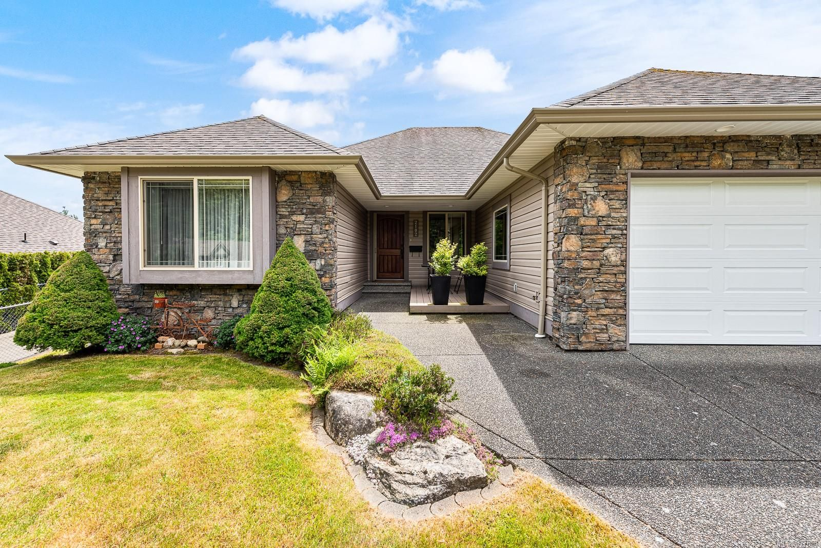Main Photo: 2102 Robert Lang Dr in : CV Courtenay City House for sale (Comox Valley)  : MLS®# 877668