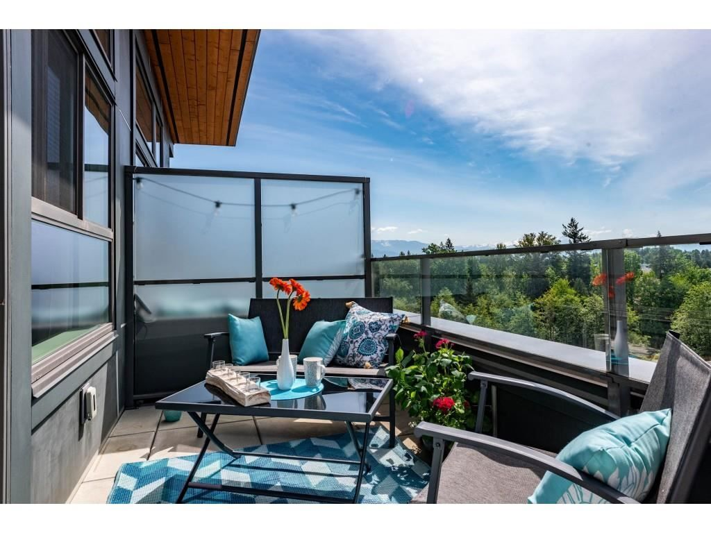 Amazing views to East, South and West. Provides very bright living space and regular sun tanning opportunities! Mt Baker lovers enjoy!