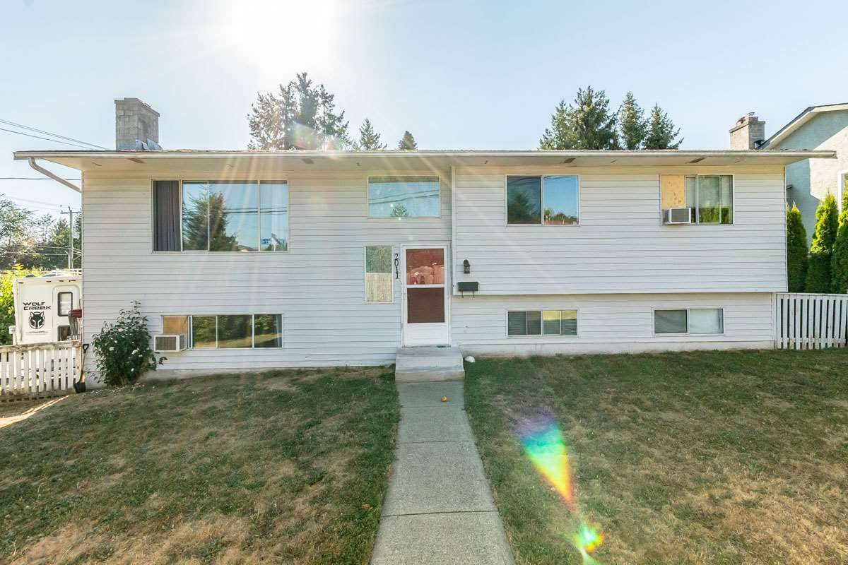 Main Photo: 2011 MCMILLAN Road in Abbotsford: Abbotsford East House for sale : MLS®# R2199487
