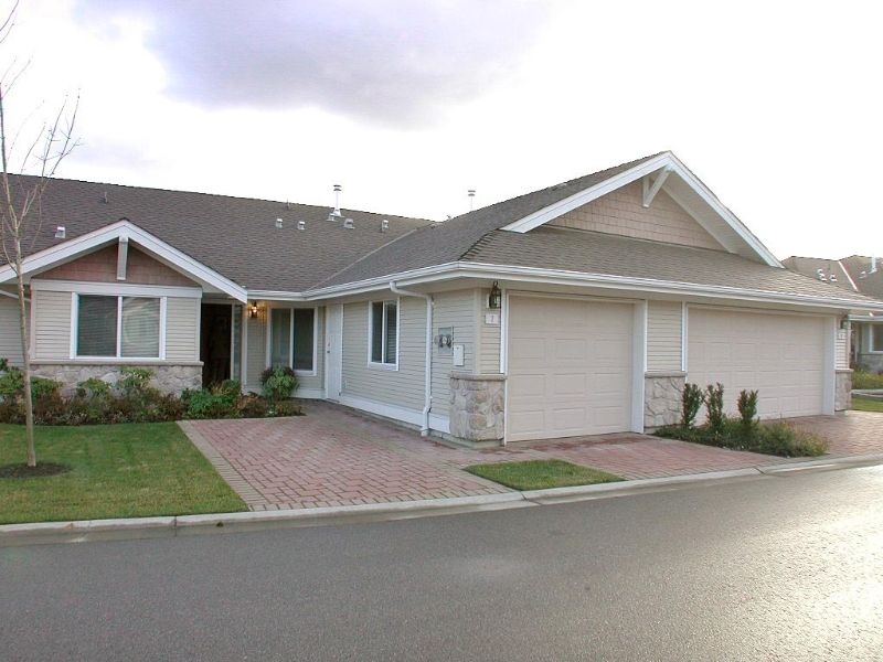 Hard to find rancher townhome in beautifully maintained complex.  Close to recreation, shopping & the US Border.  Better than average construction and finishing.
