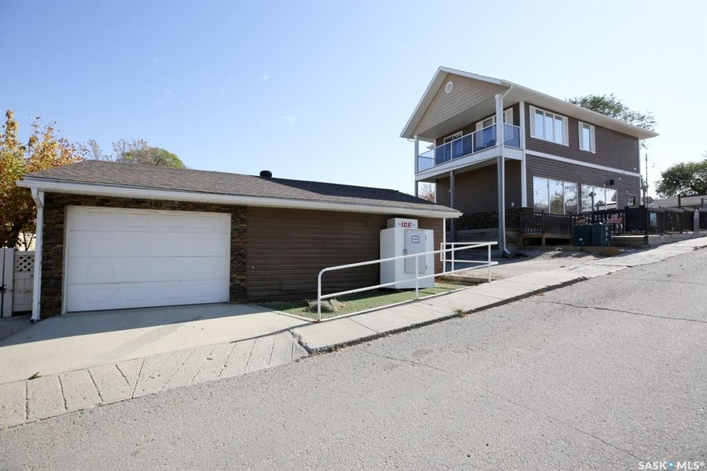 Main Photo: 103-105 Centre Street in Regina Beach: Commercial for sale : MLS®# SK873914