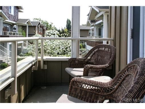 Photo 2: Photos: 560 Heatherdale Lane in VICTORIA: SW Royal Oak Row/Townhouse for sale (Saanich West)  : MLS®# 728837
