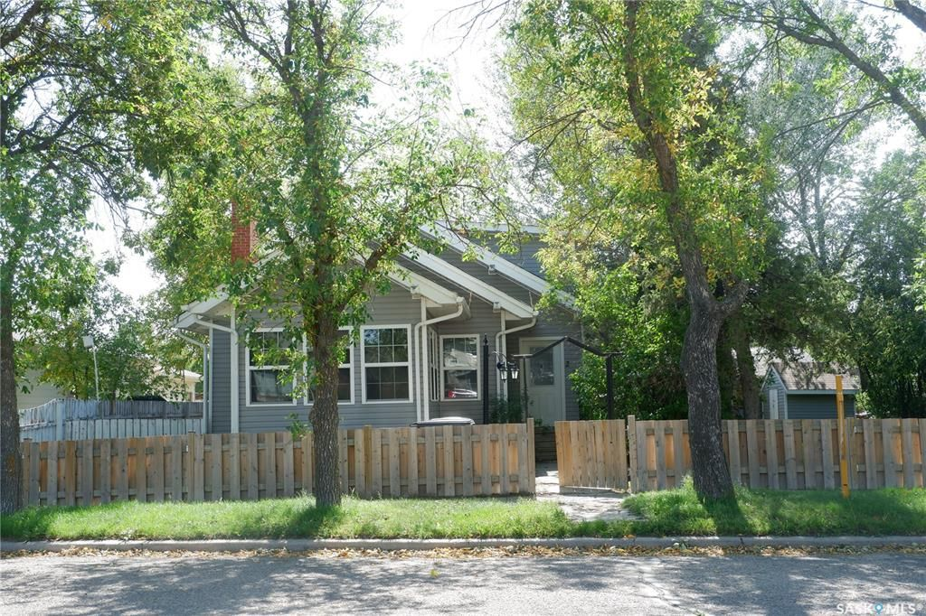Main Photo: 226 5th Avenue East in Assiniboia: Residential for sale : MLS®# SK837628