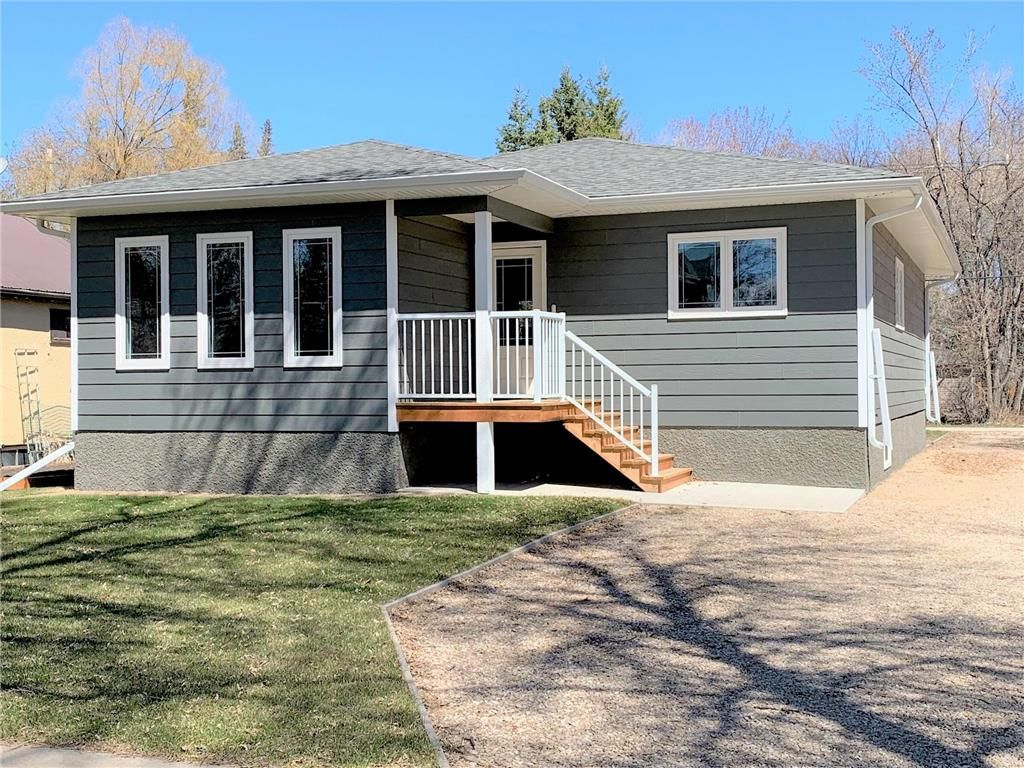 Main Photo: 136 5th Avenue Southwest in Dauphin: Southwest Residential for sale (R30 - Dauphin and Area)  : MLS®# 202110889