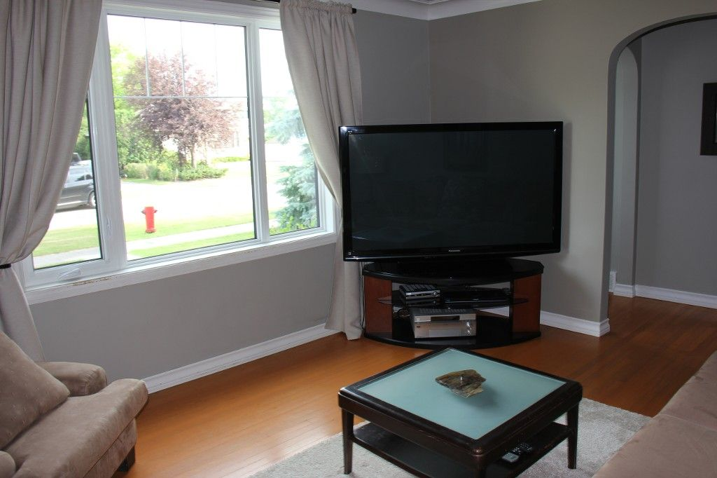 Photo 3: Photos: : Residential for sale : MLS®# 1718337