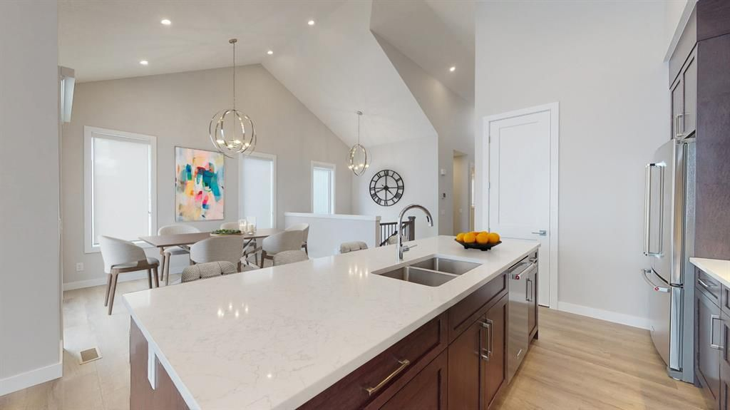 Main Photo: 38 Crestridge Bay SW in Calgary: Crestmont Row/Townhouse for sale : MLS®# A1073636