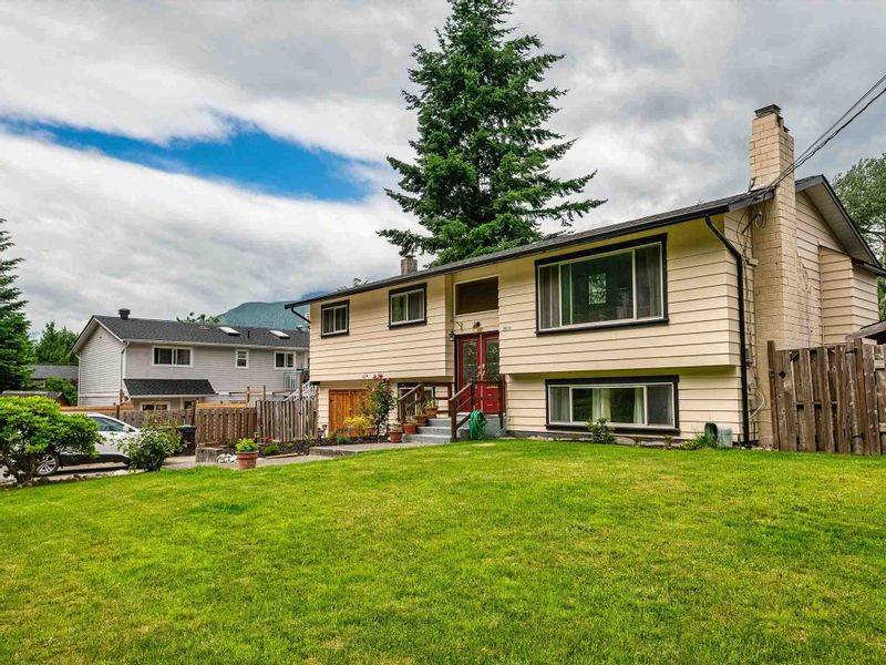 FEATURED LISTING: 38221 GUILFORD Drive Squamish