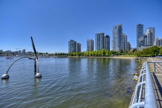 """Photo 4: 105 1383 MARINASIDE Crescent in Vancouver: Yaletown Townhouse for sale in """"COLUMBUS"""" (Vancouver West)  : MLS®# R2478306"""
