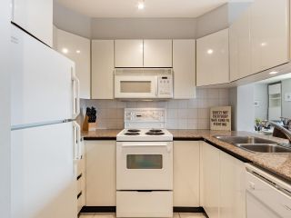 """Photo 14: 2403 1189 HOWE Street in Vancouver: Downtown VW Condo for sale in """"The Genesis"""" (Vancouver West)  : MLS®# R2592204"""