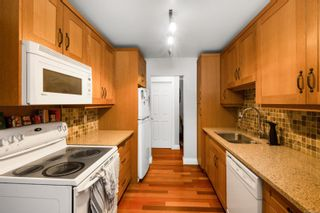 Photo 5: 302 1665 Oak Bay Ave in Victoria: Vi Rockland Condo for sale : MLS®# 862883