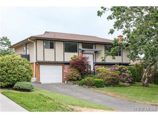 Main Photo: 964 Nicholson St in VICTORIA: SE Lake Hill House for sale (Saanich East)  : MLS®# 732243