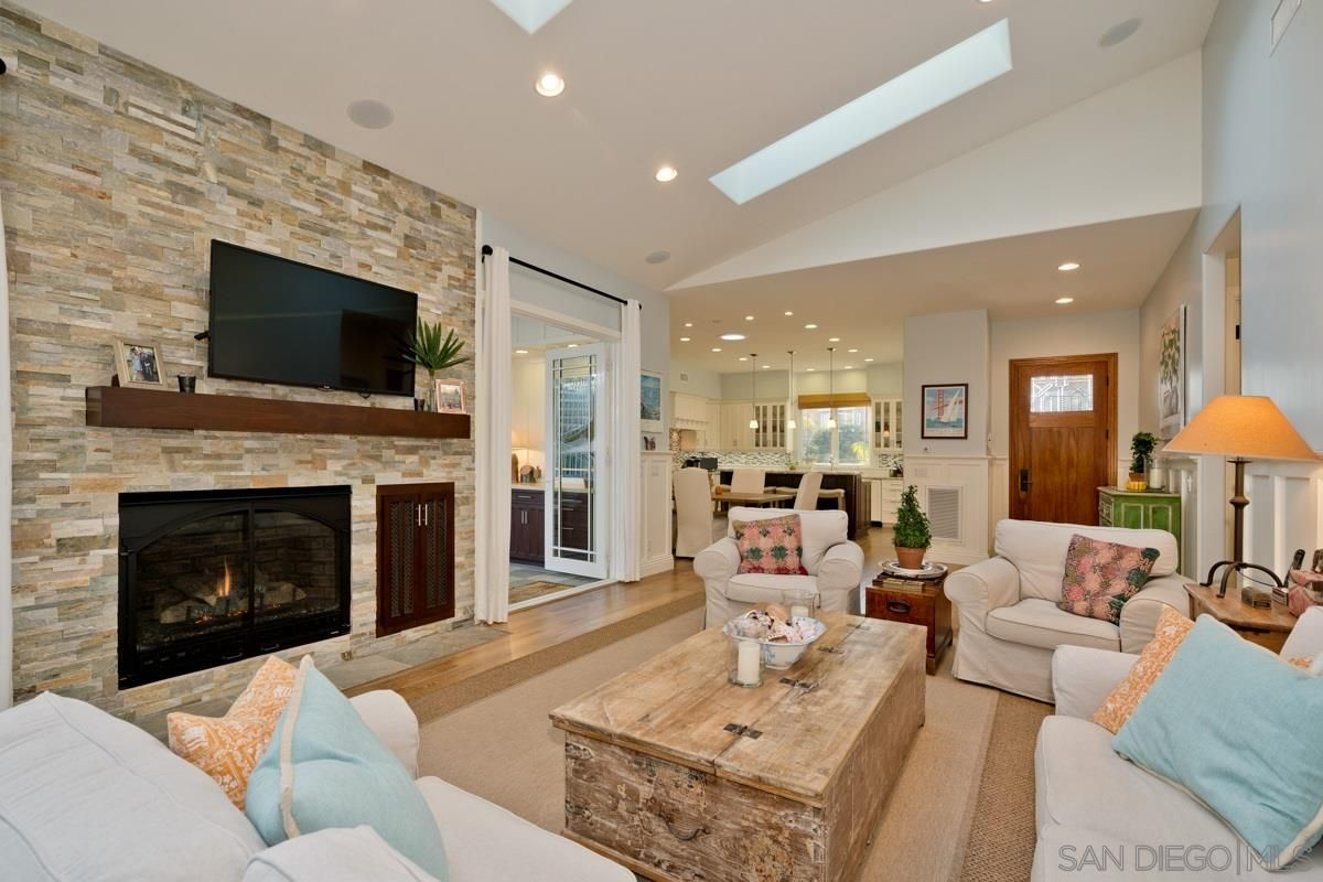 Main Photo: CROWN POINT House for sale : 3 bedrooms : 3315 Jewell St in San Diego