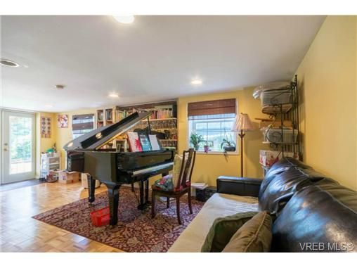 Photo 11: Photos: 3307 Wordsworth St in VICTORIA: SE Cedar Hill House for sale (Saanich East)  : MLS®# 734492