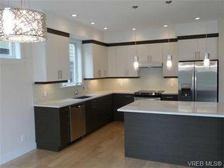 Photo 2: 119 St. Lawrence St in VICTORIA: Vi James Bay Half Duplex for sale (Victoria)  : MLS®# 659079