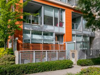 """Photo 3: 1839 CROWE Street in Vancouver: False Creek Townhouse for sale in """"FOUNDRY"""" (Vancouver West)  : MLS®# R2277227"""