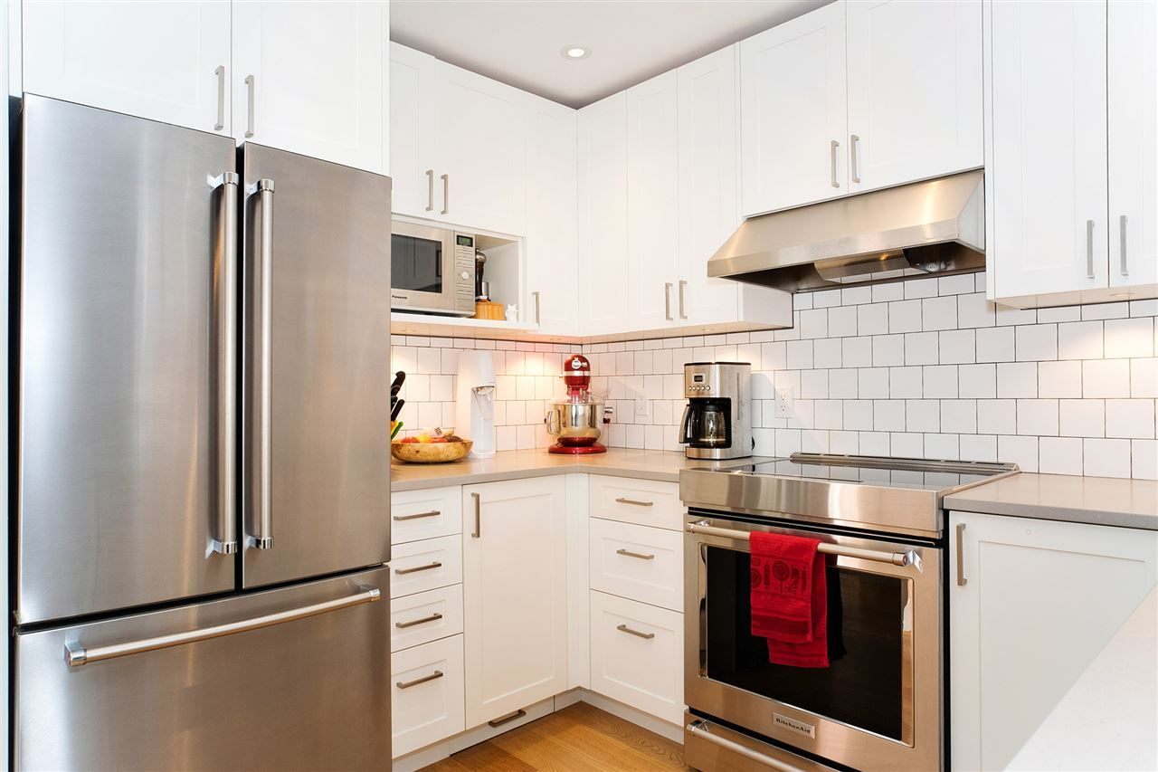 """Main Photo: 216 555 W 14TH Avenue in Vancouver: Fairview VW Condo for sale in """"The Cambridge"""" (Vancouver West)  : MLS®# R2447183"""