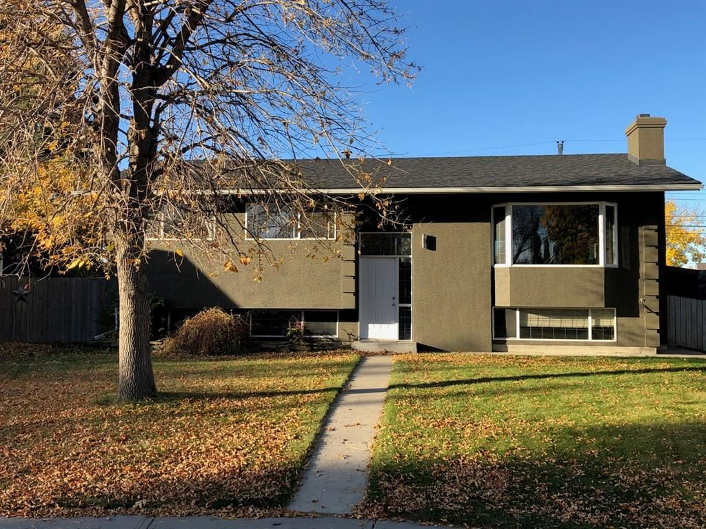 Main Photo: 204 MAPLE COURT Crescent SE in Calgary: Maple Ridge Detached for sale : MLS®# A1152517