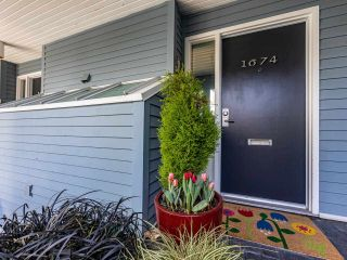 """Photo 1: 1674 ARBUTUS Street in Vancouver: Kitsilano Townhouse for sale in """"Arbutus Court"""" (Vancouver West)  : MLS®# R2561294"""