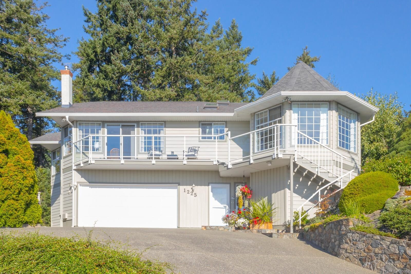 Main Photo: 1225 Tall Tree Pl in : SW Strawberry Vale House for sale (Saanich West)  : MLS®# 885986
