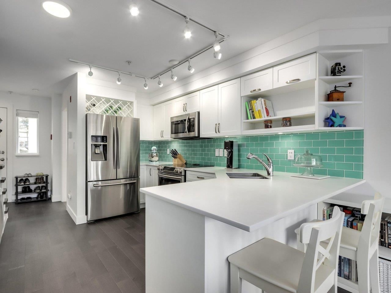 """Main Photo: 210 2545 W BROADWAY Avenue in Vancouver: Kitsilano Townhouse for sale in """"Trafalgar Mews"""" (Vancouver West)  : MLS®# R2590394"""
