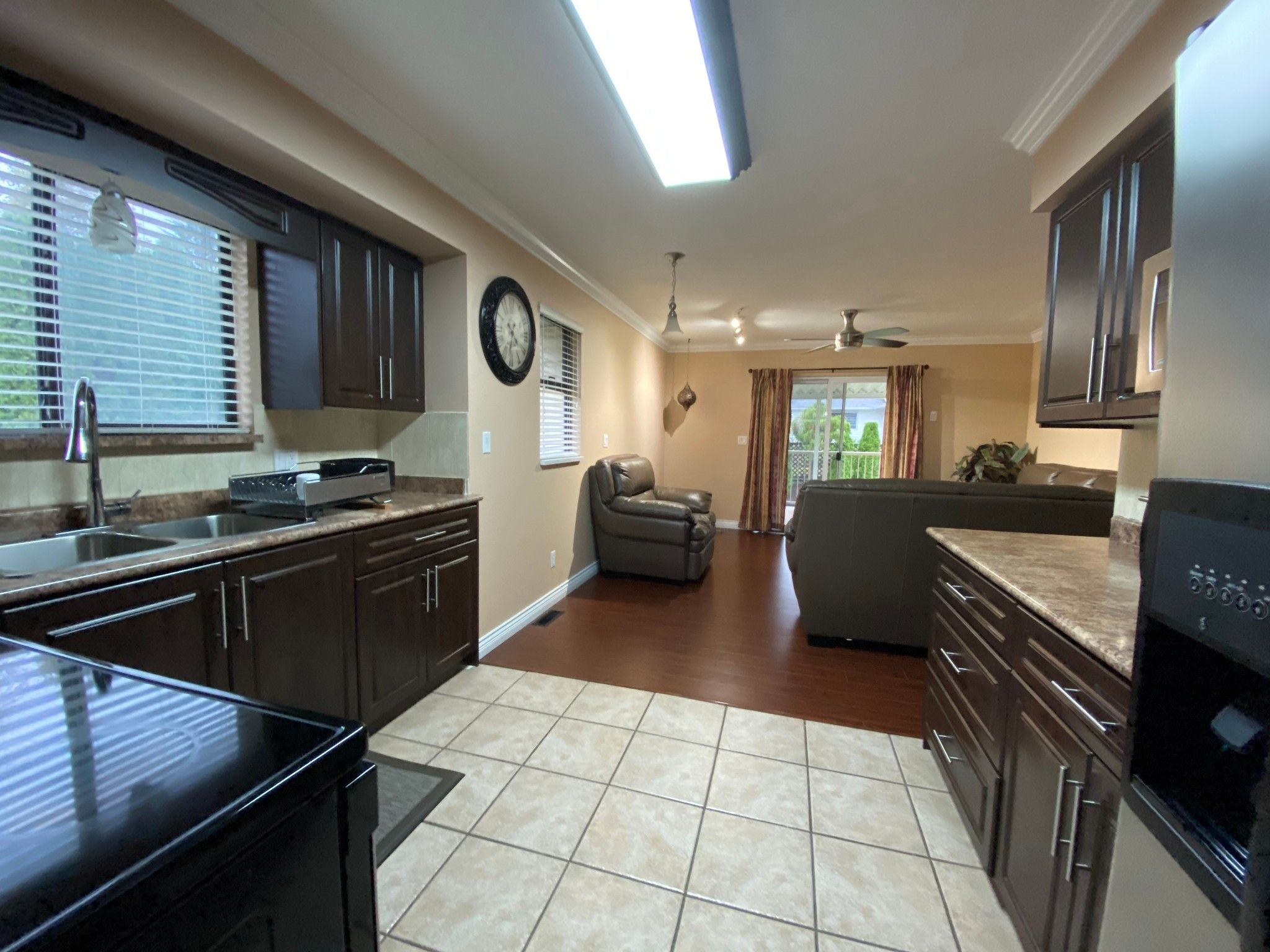 Photo 5: Photos: Upper 3293 Horn St. in Abbotsford: Central Abbotsford House for rent