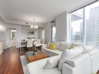 """Photo 4: 1705 1211 MELVILLE Street in Vancouver: Coal Harbour Condo for sale in """"THE RITZ"""" (Vancouver West)  : MLS®# R2173539"""