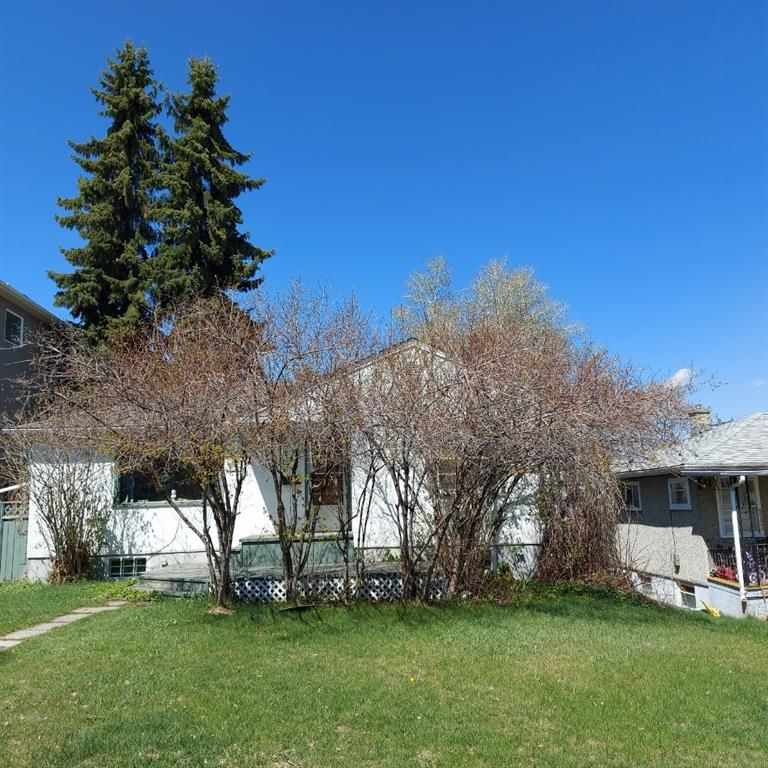 Main Photo: 208 25 Avenue NW in Calgary: Tuxedo Park Detached for sale : MLS®# A1109100