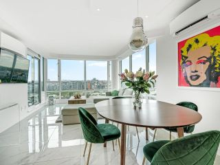 Photo 3: 2105 1033 MARINASIDE Crescent in Vancouver: Yaletown Condo for sale (Vancouver West)  : MLS®# R2614504