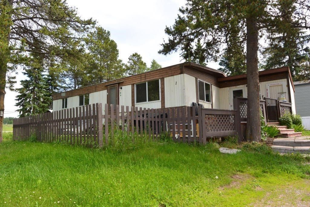 """Main Photo: 1 95 LAIDLAW Road in Smithers: Smithers - Rural Manufactured Home for sale in """"Mountain View Mobile Home Park"""" (Smithers And Area (Zone 54))  : MLS®# R2595078"""