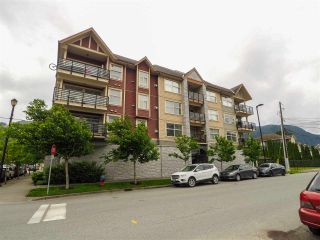 "Photo 2: 307 1310 VICTORIA Street in Squamish: Downtown SQ Condo for sale in ""The Mountaineer"" : MLS®# R2549148"