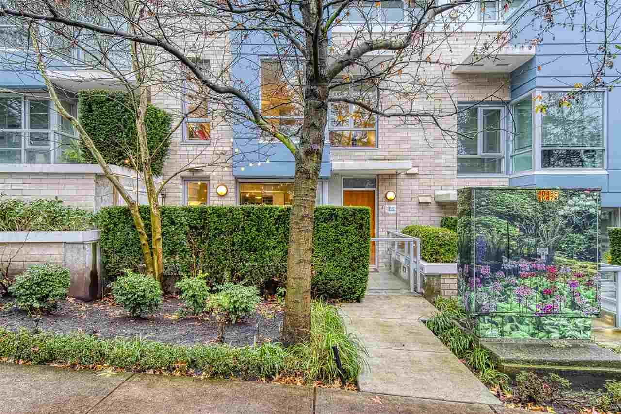 Main Photo: 186 CHESTERFIELD AVENUE in North Vancouver: Lower Lonsdale Townhouse for sale : MLS®# R2423323