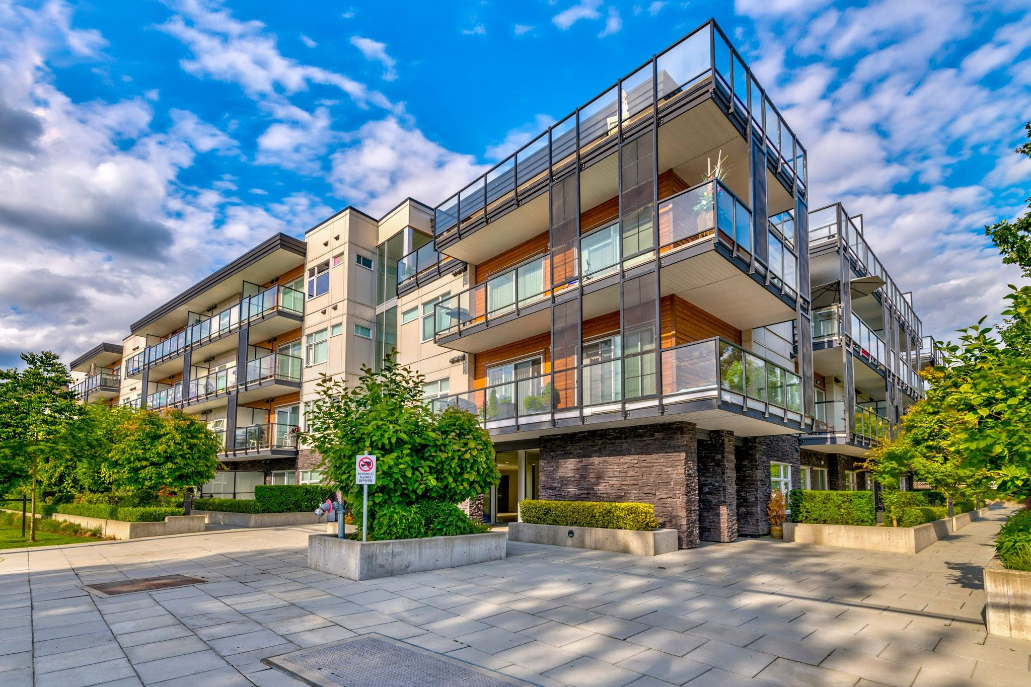 Main Photo: 404 12070 227 Street in Maple Ridge: East Central Condo for sale : MLS®# R2467383
