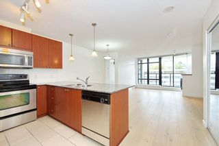 Photo 4: 701 610 Victoria Street in New Westminster: Condo for sale : MLS®# R2392846