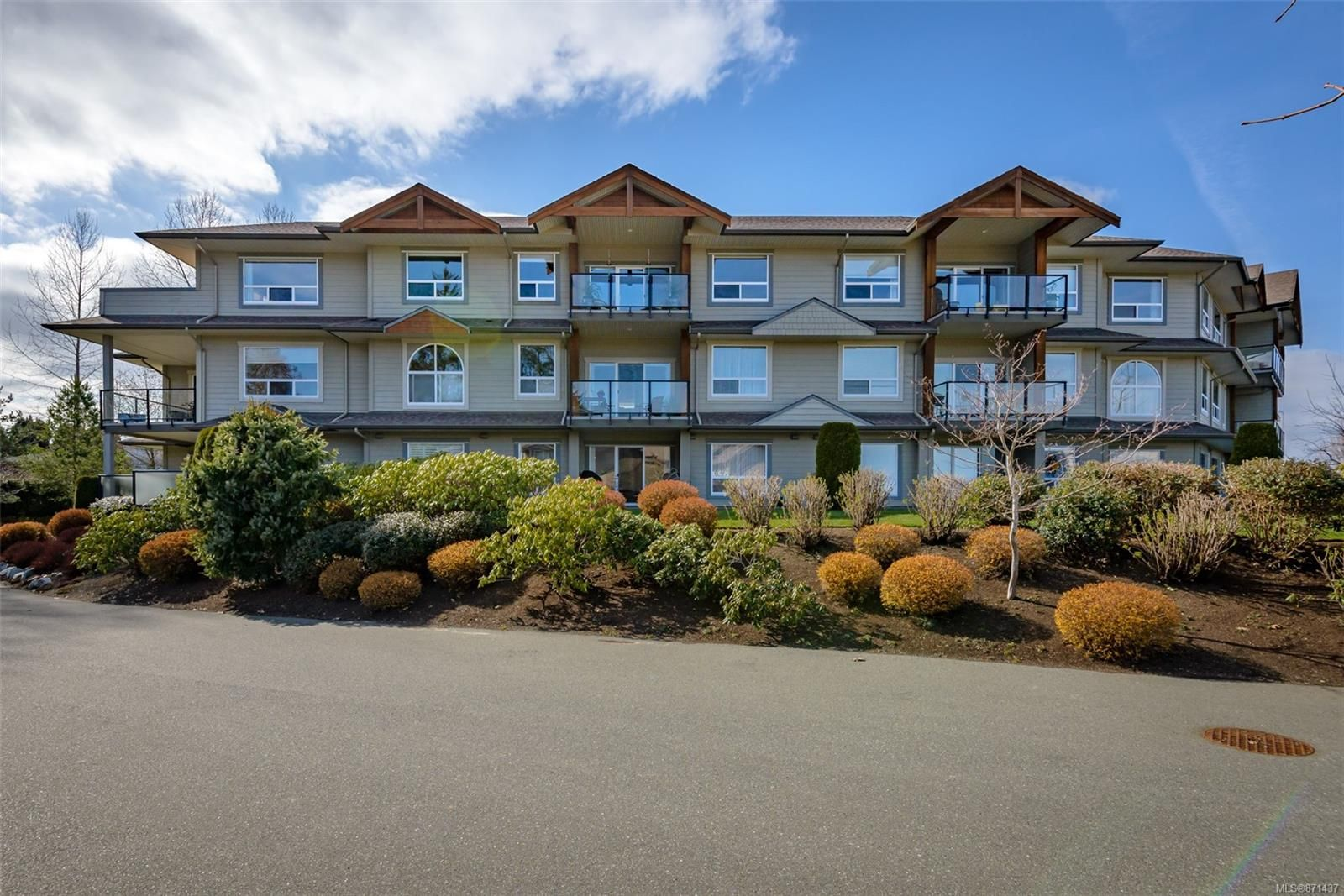 Main Photo: 307 199 31st St in : CV Courtenay City Condo for sale (Comox Valley)  : MLS®# 871437