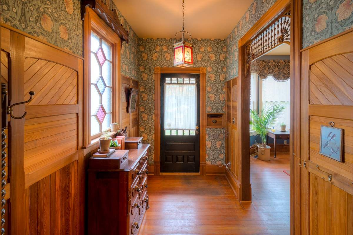 """Photo 2: Photos: 214 FOURTH Avenue in New Westminster: Queens Park House for sale in """"QUEENS PARK"""" : MLS®# R2136258"""