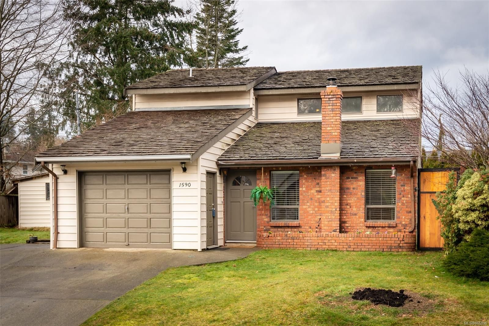 Main Photo: 1590 Juniper Dr in : CR Willow Point House for sale (Campbell River)  : MLS®# 866890
